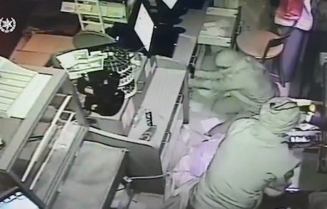 """האישום: גנב והחביא מזומן וסיגריות בעשרות אלפי שקלים בתוך """"באלות"""" של פסולת בניין"""