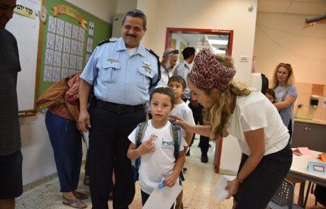 """אם לא תלמד, יבוא שוטר: המפכ""""ל ליווה את נכדיו ביומם הראשון בבית הספר"""
